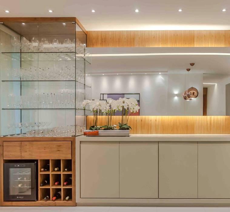 Ruang Penyimpanan Wine oleh Carol Landim | Arquitetura + Interiores, Modern Parket Multicolored