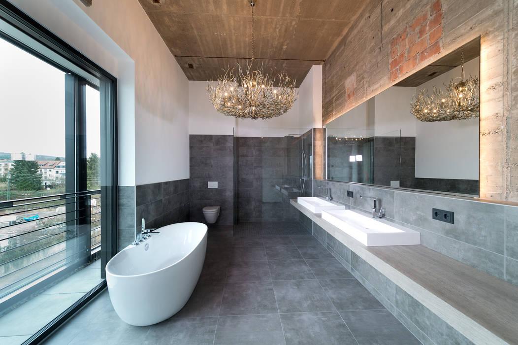 Loft-bad mit freistehender wanne industriale badezimmer von ...