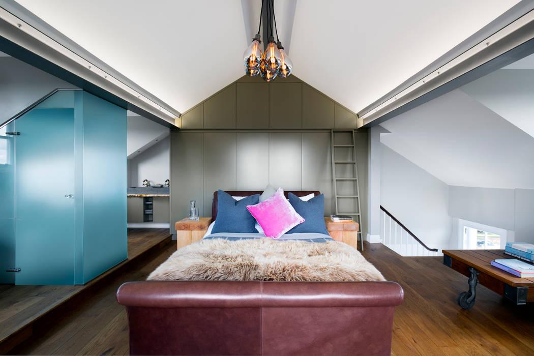 Contemporary Master Bedroom & Bathroom Suite in loft space: modern Bedroom by Paul Langston Interiors