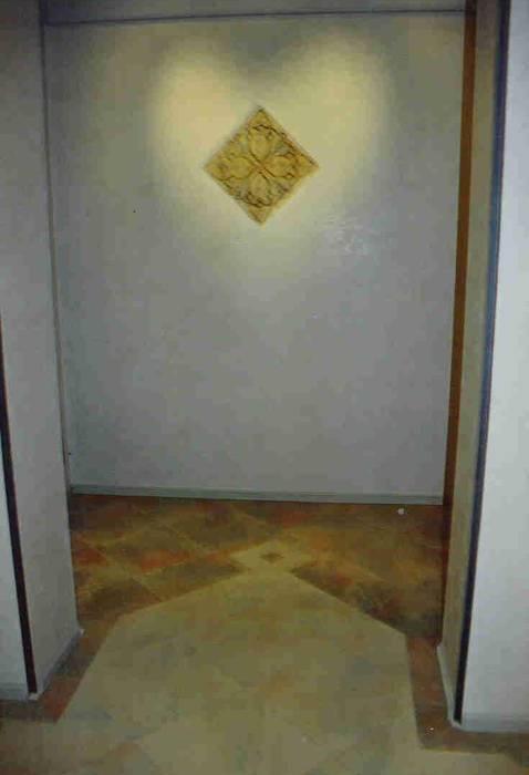 ingresso con luce in forma di cuore: Ingresso & Corridoio in stile  di Studio arch. Orban Agota