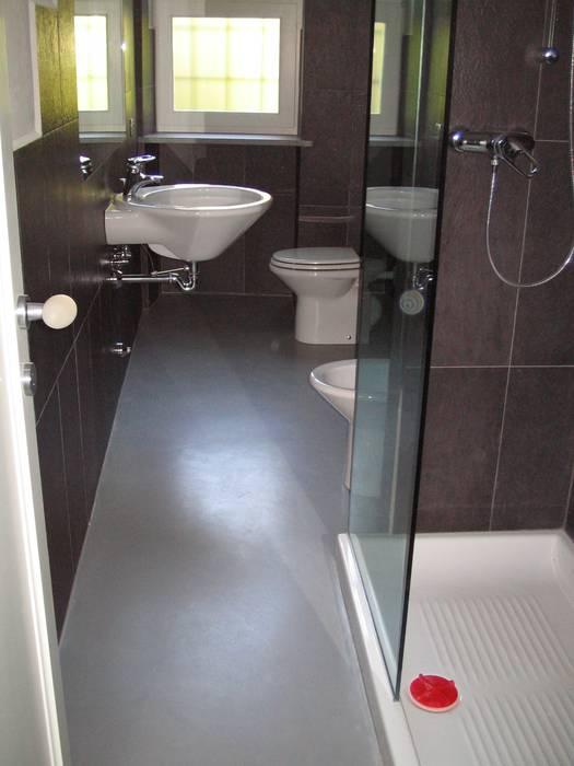 sanitari bagno: Bagno in stile in stile Moderno di Studio arch. Orban Agota