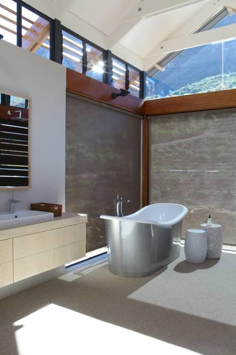 Baños de estilo moderno de M&M Designs Moderno