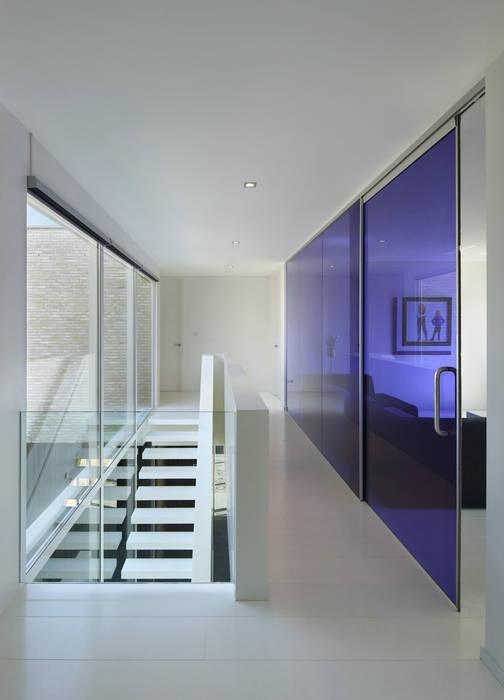 Couloir, entrée, escaliers modernes par VAN ROOIJEN ARCHITECTEN Moderne