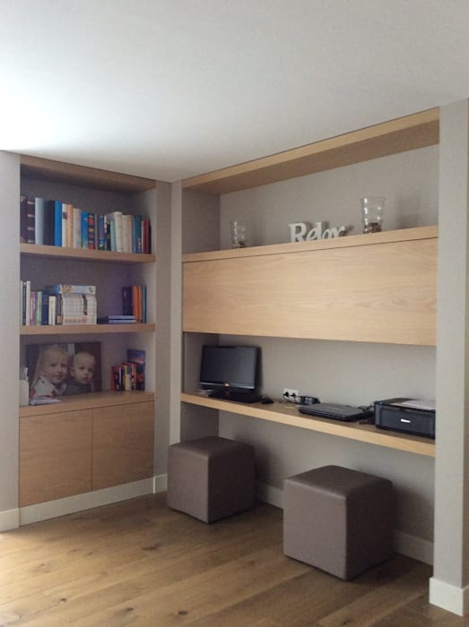 Thuiswerkplek in gebruiksstand in de woonkamer: moderne studeerkamer ...
