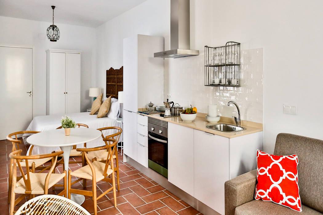 Edificio apartamentos turisticos Cordoba: Cocinas de estilo  de StudioBMK, Mediterráneo