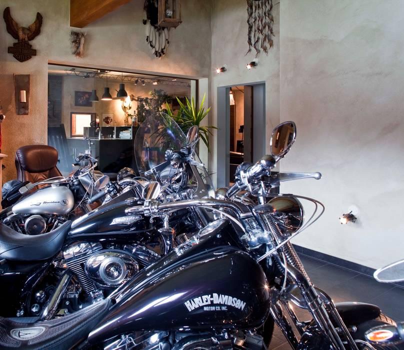 Harley Davidson zu Hause Ausgefallene Garagen & Schuppen von w. raum Architektur + Innenarchitektur Ausgefallen