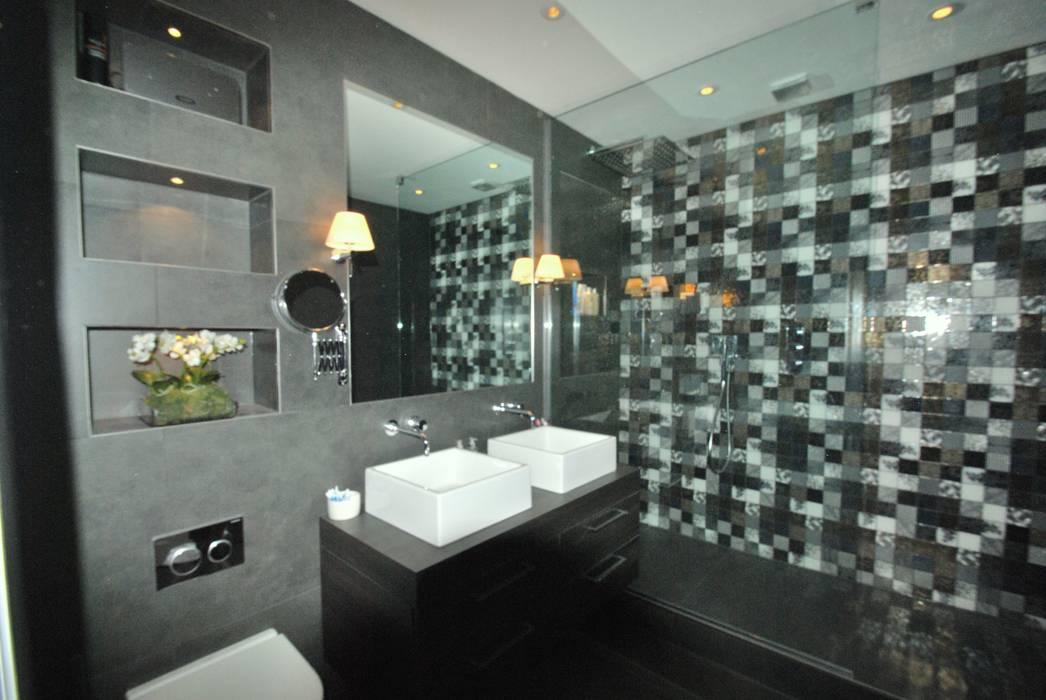 Moody ensuite embracing lack of natural light: modern Bathroom by fleur ward interior design