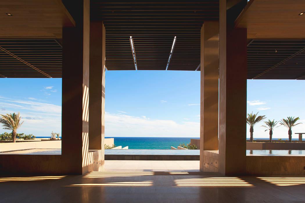 JW Marriott Cabos - IDEA Asociados: Pasillos y recibidores de estilo  por IDEA Asociados