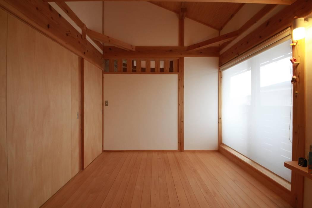 音の家 前橋市: 田村建築設計工房が手掛けた寝室です。,ラスティック