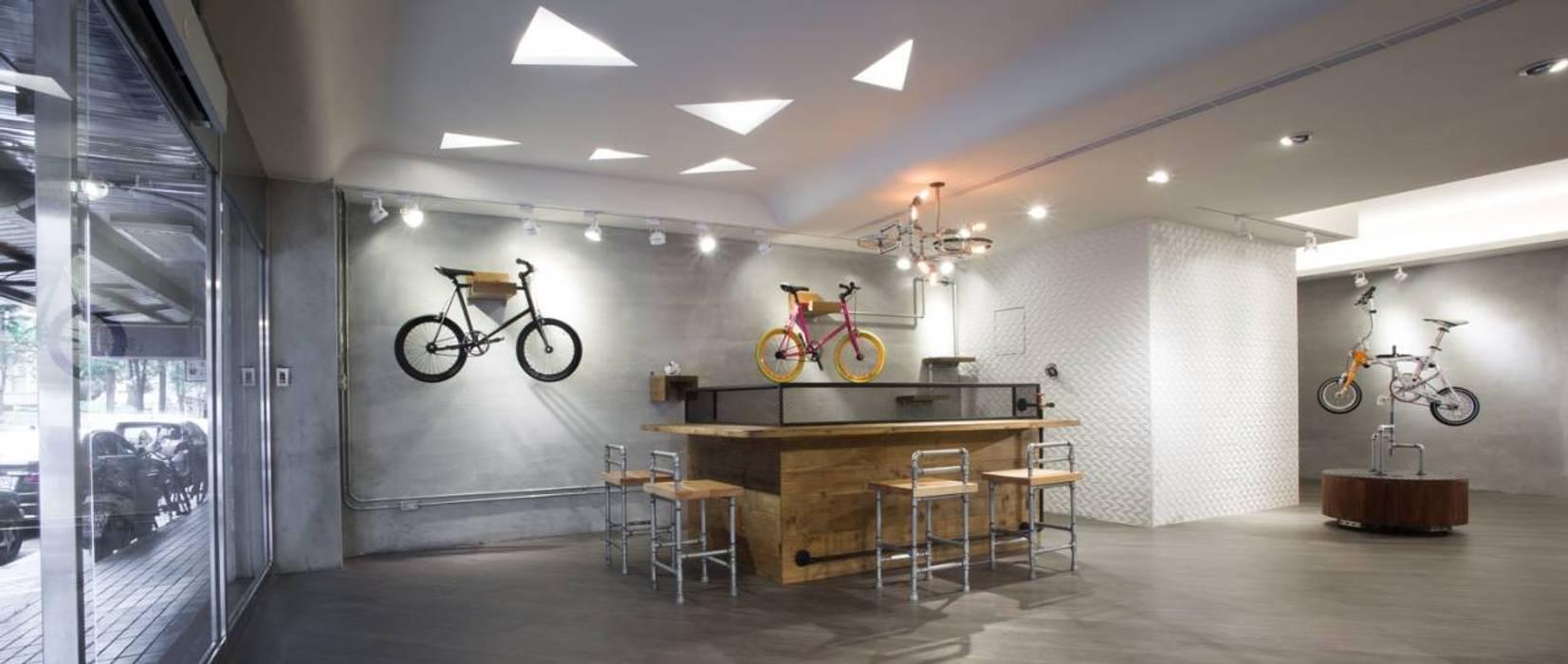 【採用原有磚牆牆面或保留灰色牆面】:  辦公室&店面 by 衍相室內裝修設計有限公司