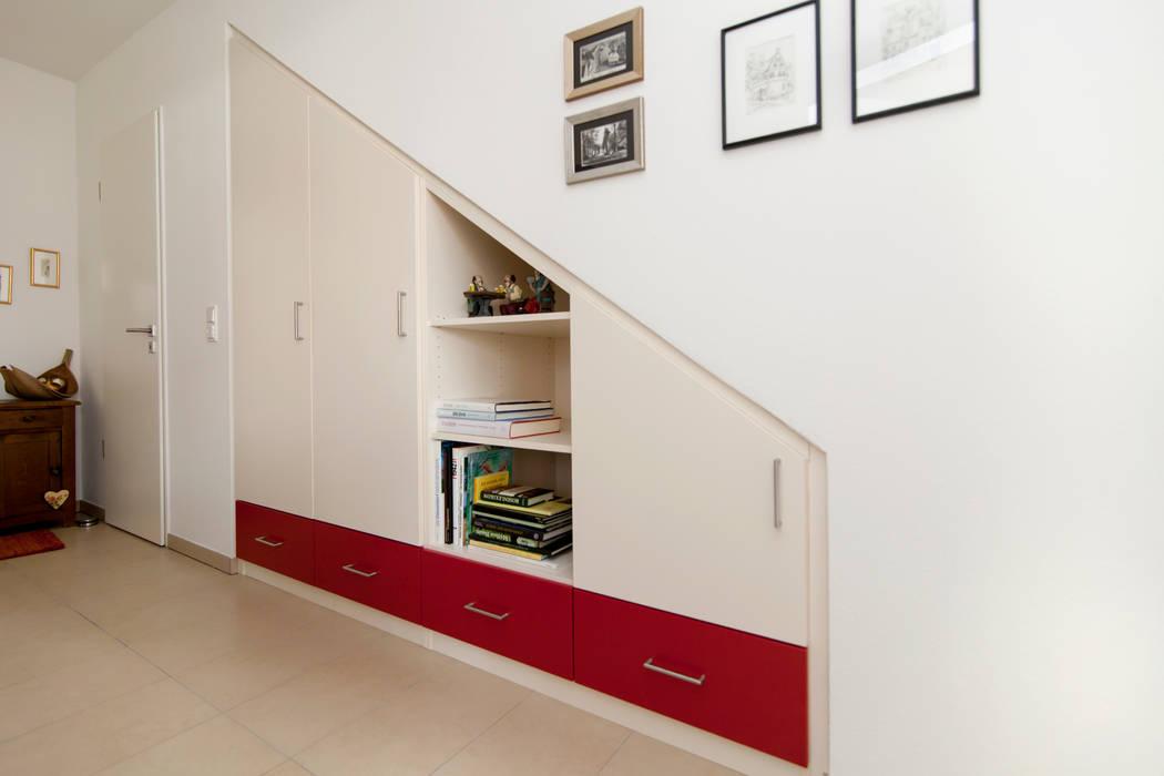 Einbauschrank mit dachschräge unter der treppe: modern von ...