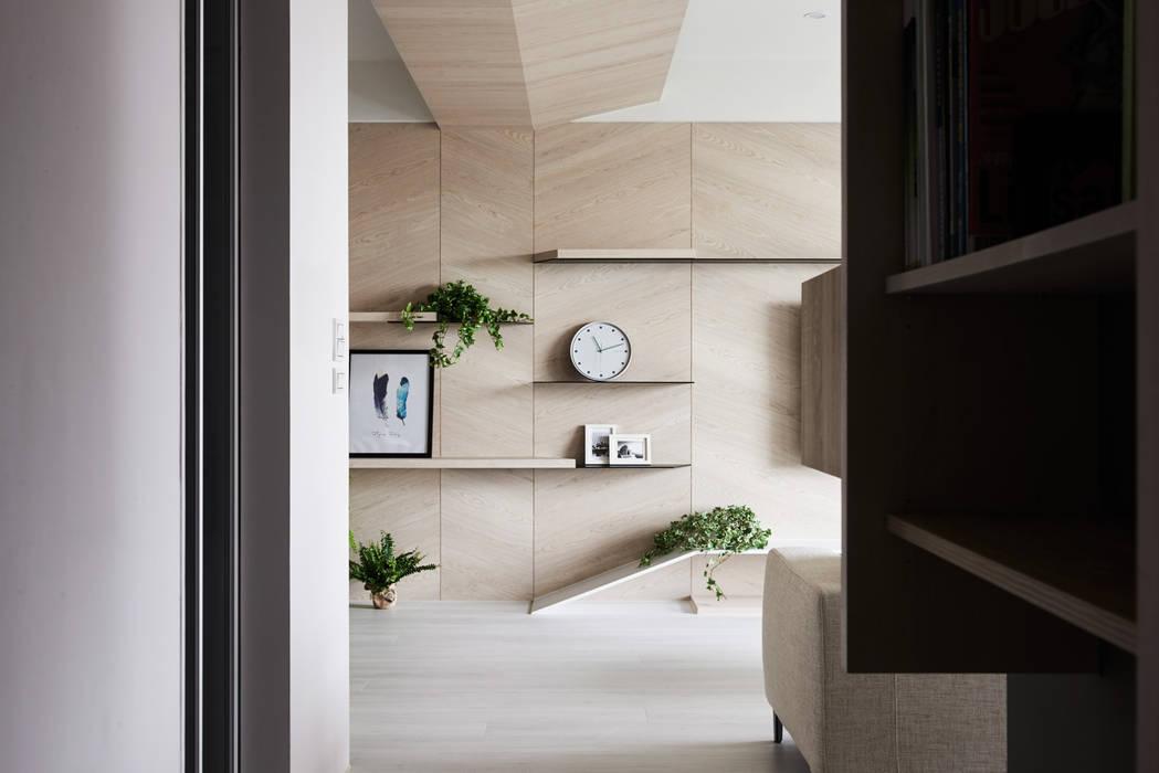K-HOUSE:  走廊 & 玄關 by 思維空間設計  , 簡約風