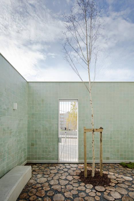Casa Acreditar Porto ALA.rquitectos Casas modernas Azulejo Verde