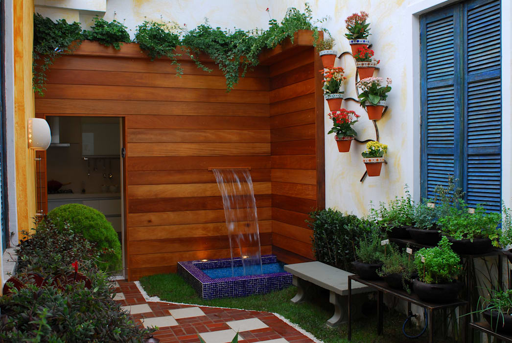 Eclectic style garden by Adriana Baccari Projetos de Interiores Eclectic
