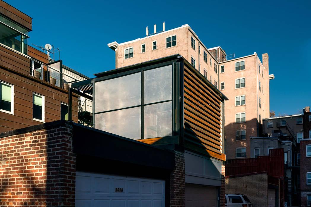 Modern balcony, veranda & terrace by KUBE Architecture Modern