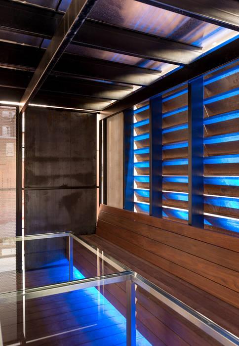Hiên, sân thượng phong cách hiện đại bởi KUBE Architecture Hiện đại