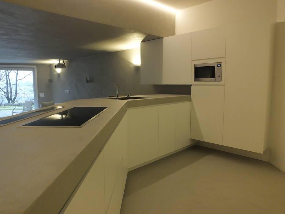 Taverna moderna: cucina in stile in stile moderno di frigerio paolo ...