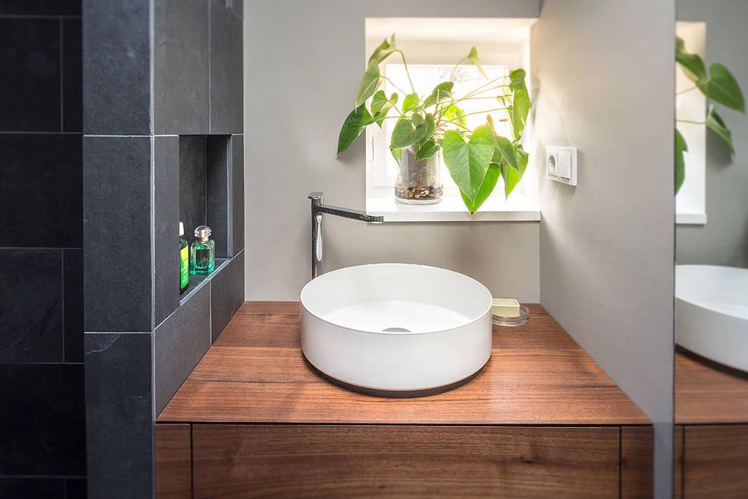Badezimmer waschbecken holzplatte fliesen schwarz grau ...