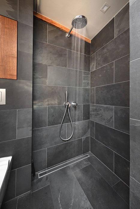 Badezimmer schiefer dusche schwarz holz minimalistische ...