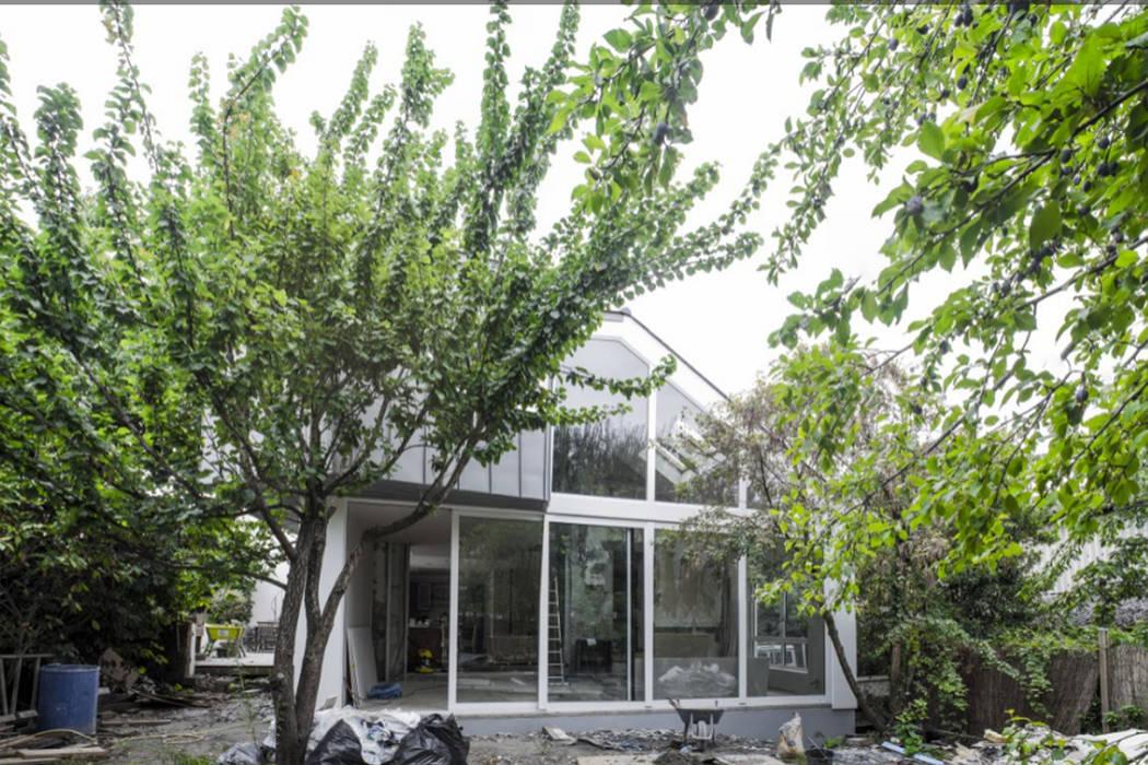 façade sur jardin Extension: Salon de style de style Moderne par Amélie Jodeau Architecte