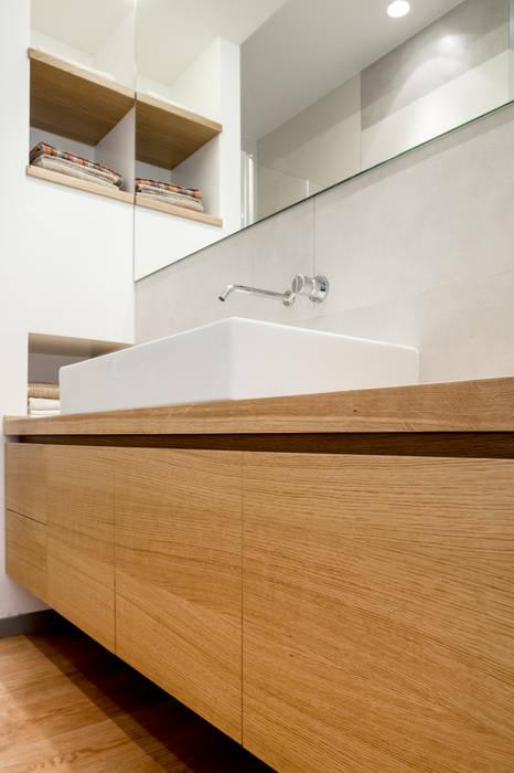 mobile lavabo: Bagno in stile in stile Minimalista di M2Bstudio