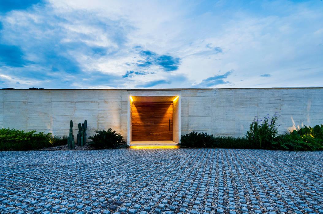 Acceso: Casas de estilo  por Arquitectura en Estudio
