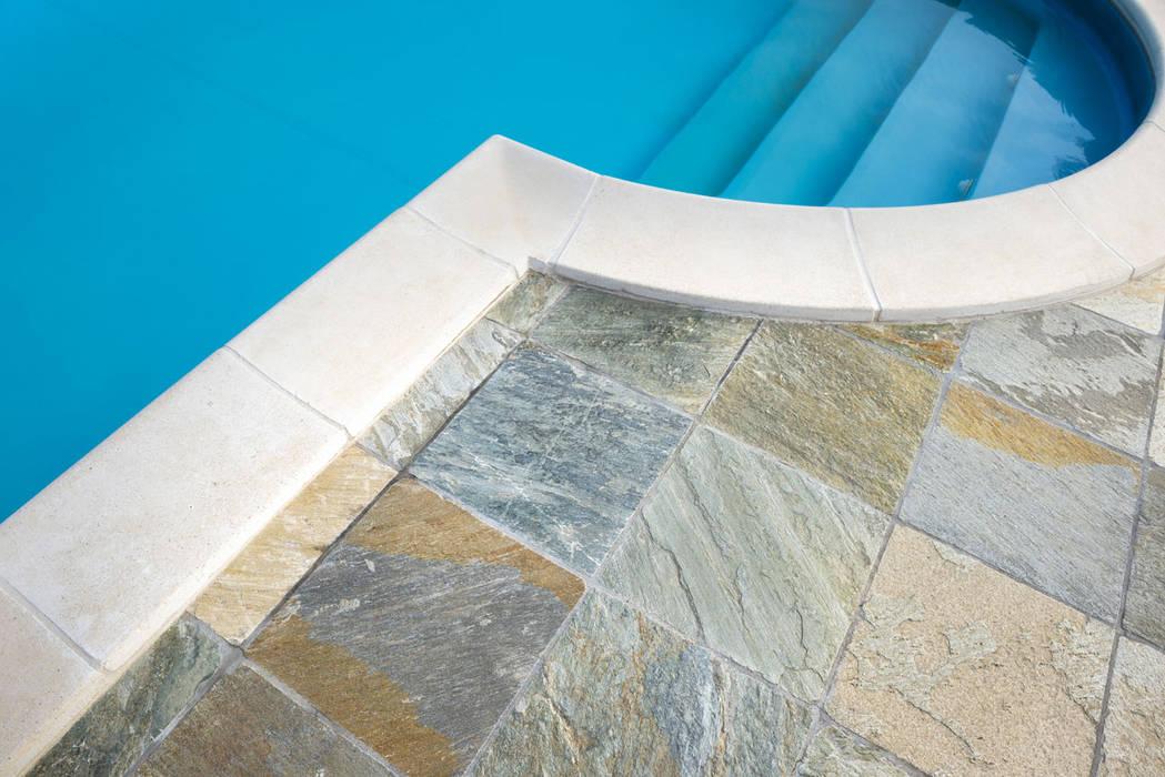 Una piscina da sogno con le pietre per pavimentazione Levanna: Piscina in stile in stile Mediterraneo di B&B Rivestimenti Naturali