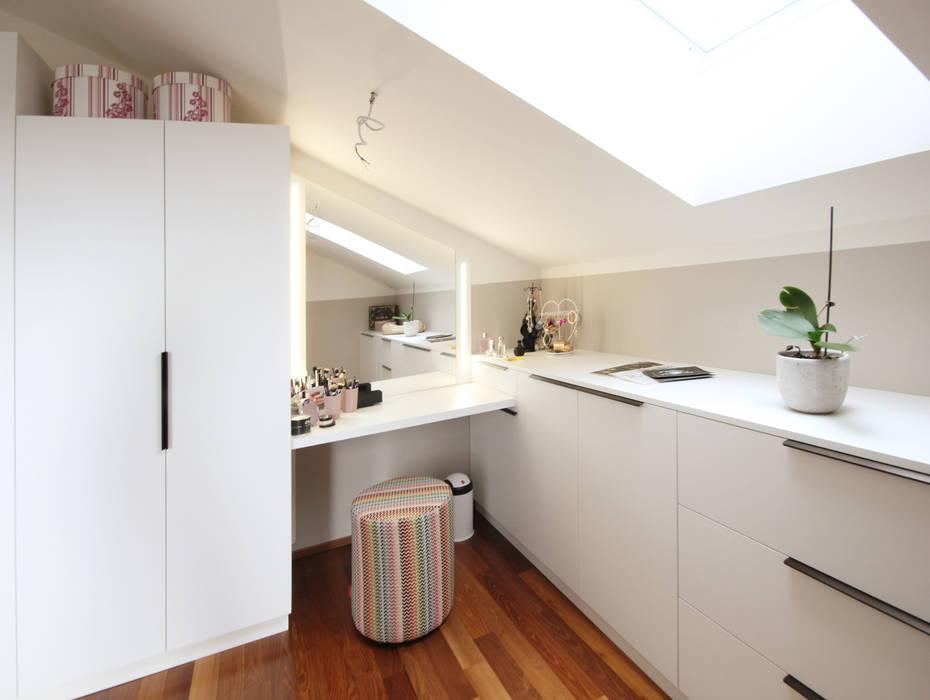 Schminktisch in Schlafzimmer/Schrankraum Kathameno Interior Design e.U. Moderne Ankleidezimmer