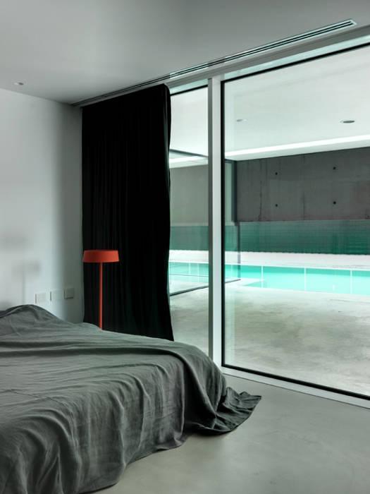 Villa privata con piscina: camera da letto in stile di matteo casari ...