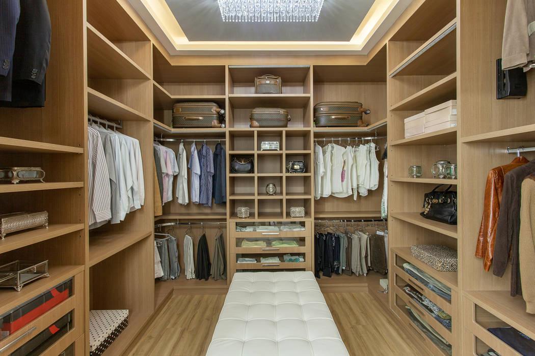 Moderne Ankleidezimmer von Designer de Interiores e Paisagista Iara Kílaris Modern Holz Holznachbildung