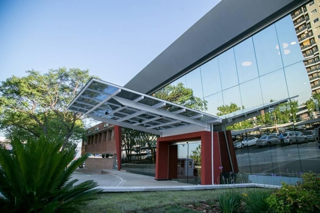 FACHADA INGRESO Casas modernas: Ideas, imágenes y decoración de LOSADA ARQUITECTURA Moderno Vidrio