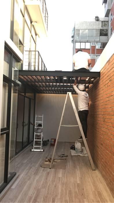 Pérgola y detalles interiores Dpto. JDLB116 Síntesis Arquitectónica ® Balcones y terrazas modernos