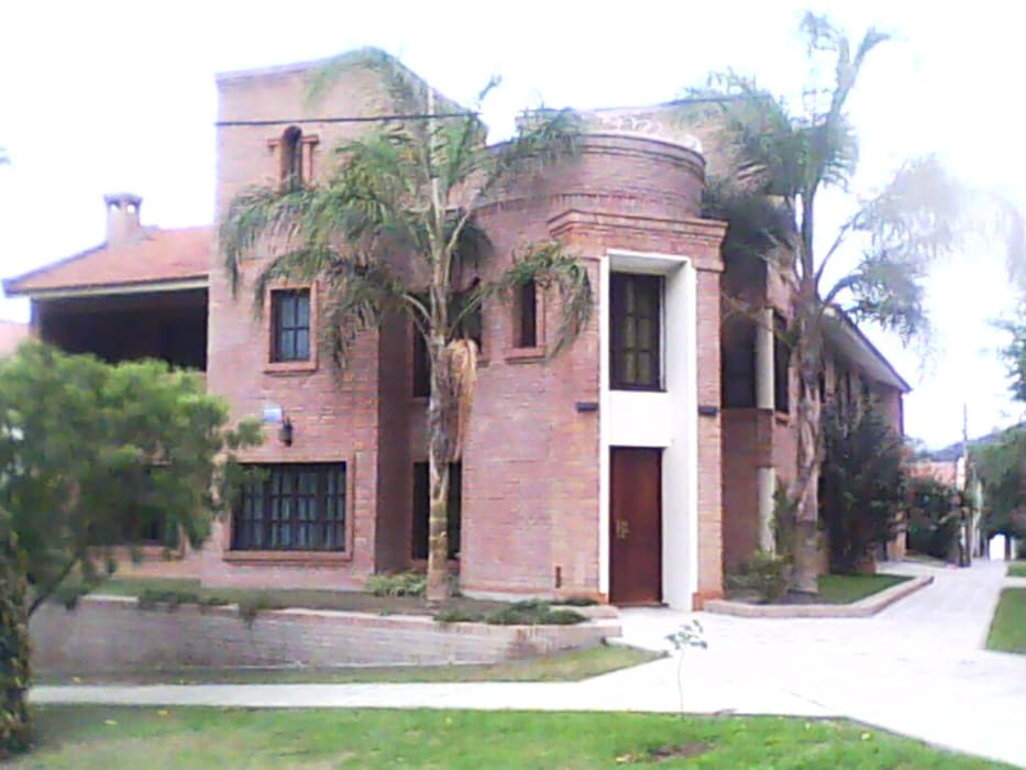 Vivienda unifamiliar: Casas de estilo  por Valy,Clásico Ladrillos