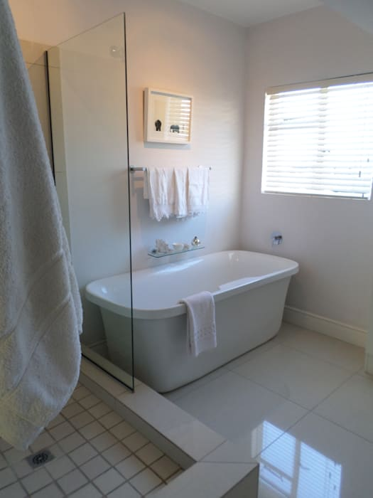 Bathroom:  Bathroom by Claire Cartner Interior Design