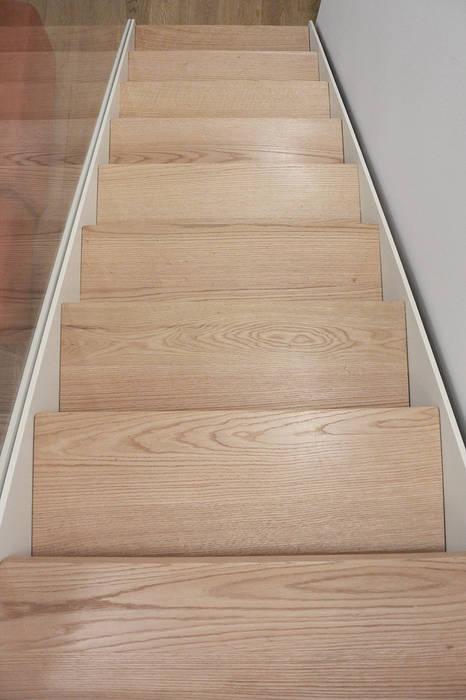 dettaglio scala: Ingresso & Corridoio in stile  di studiovert