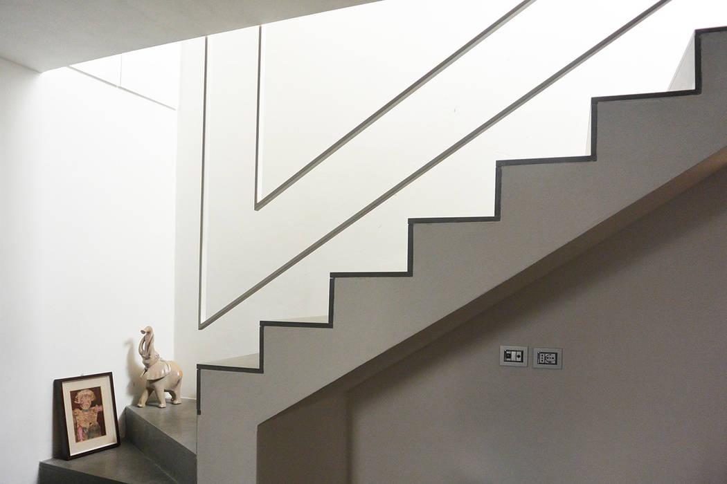 parapetto scala : Ingresso & Corridoio in stile  di studiovert