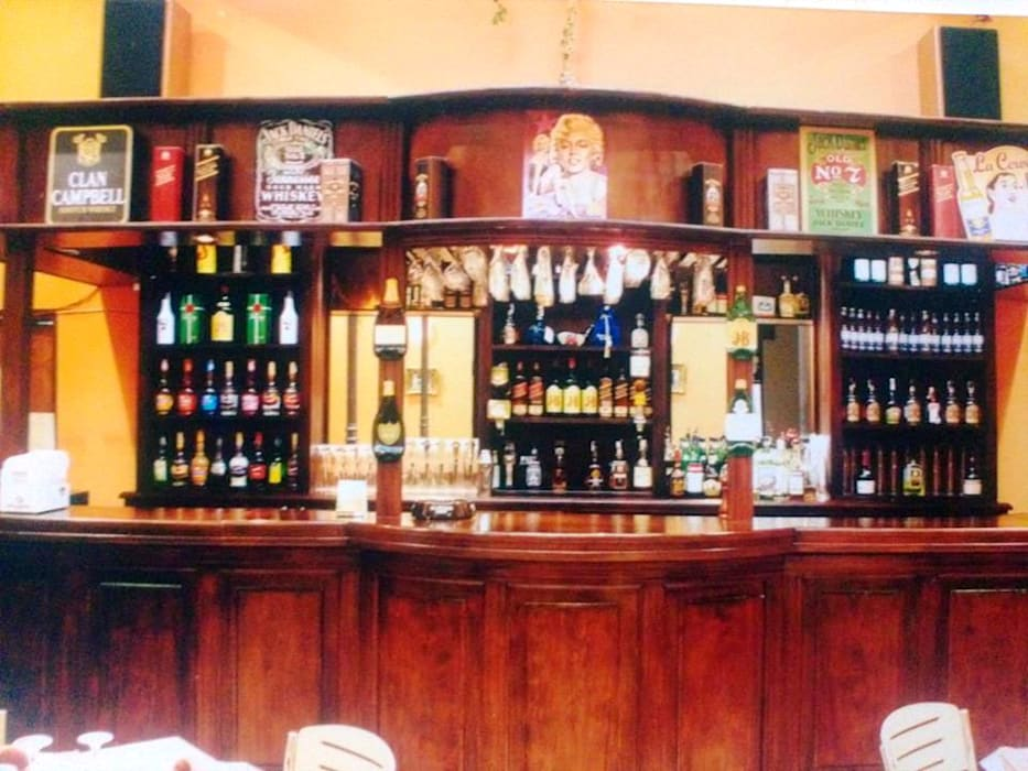 Restó Bar: Bares y Clubs de estilo  por Valy