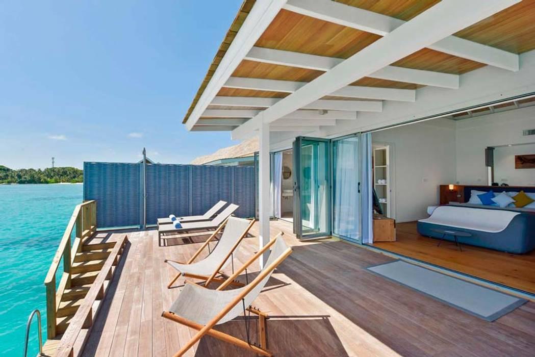 Puertas Plegables para un Lujoso Resort Hotelero en Maldivas: Hoteles de estilo  por AIRCLOS