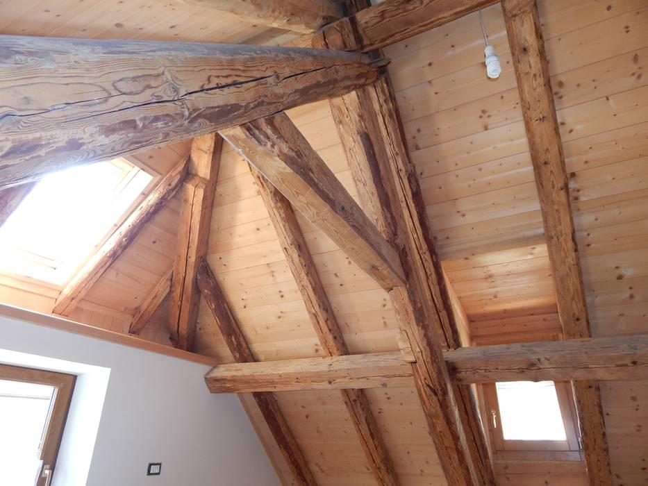 sottotetto riqualificato: Camera da letto in stile in stile Rustico di Studio Capannini Architetti