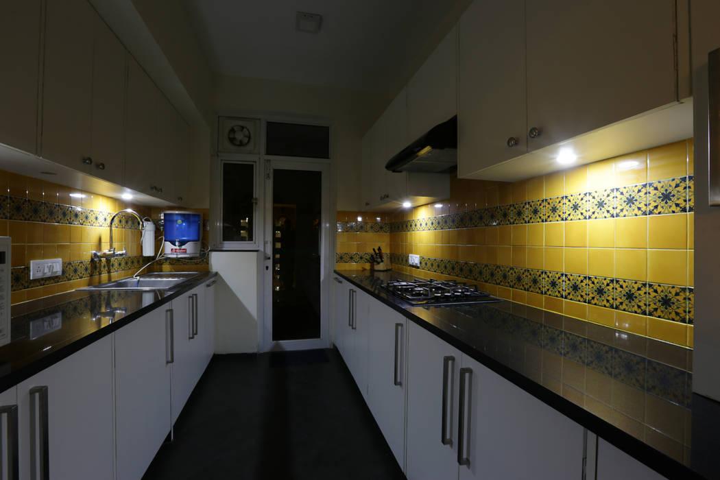 APARTMENT:  Kitchen by DESIGN5