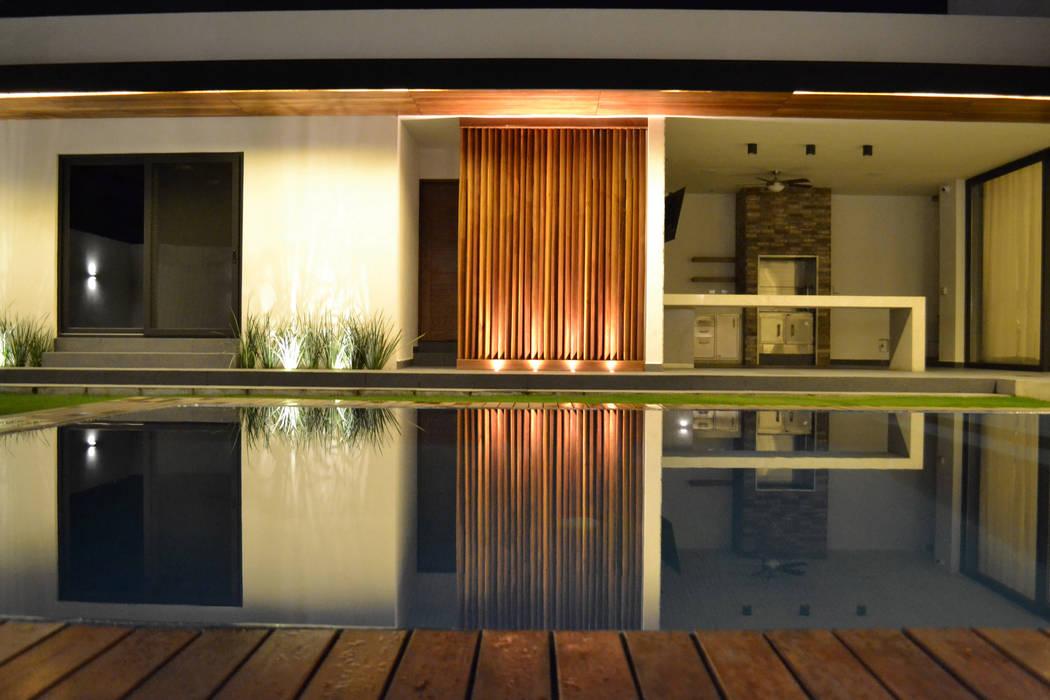 Fachada de patio exterior: Casas de estilo moderno por Toyka Arquitectura