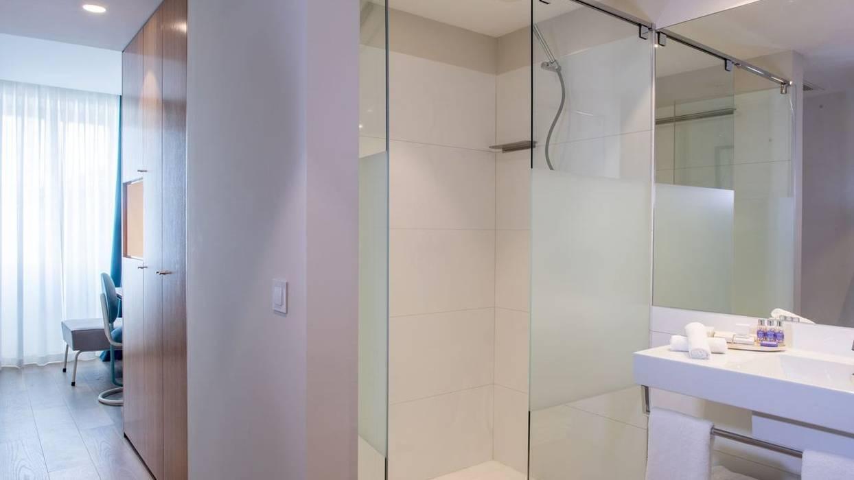 Zona de banho Hotéis modernos por Padimat Design+Technic Moderno