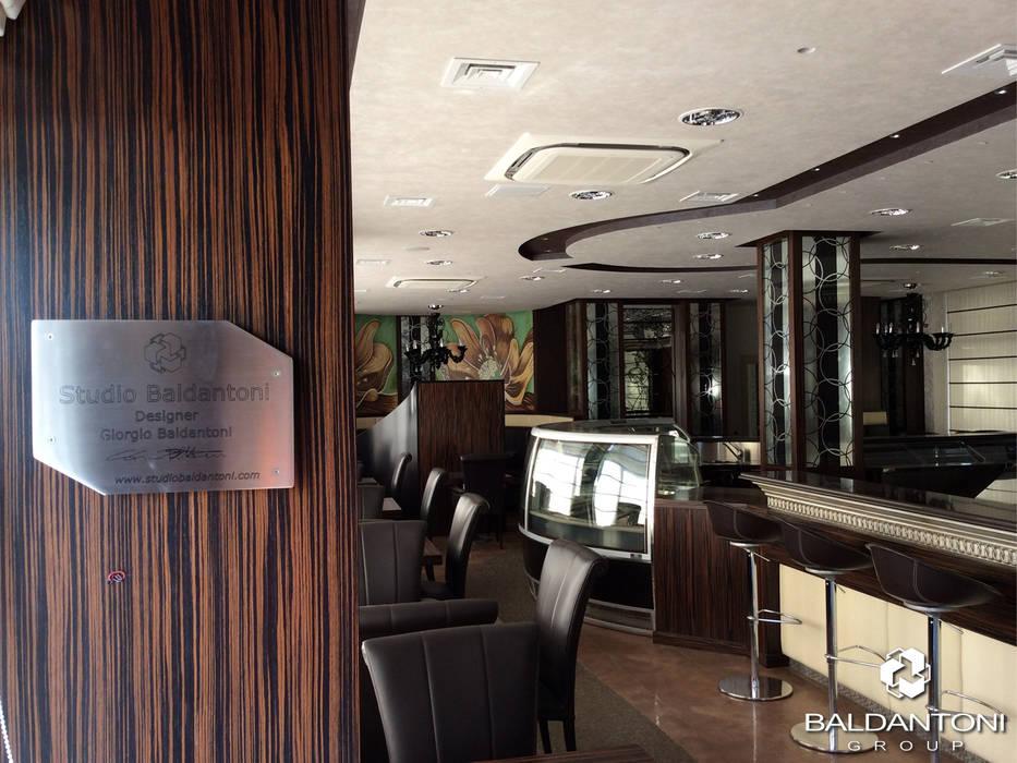 Restaurant Cafè Aviomotornaya, Mosca, Russia: Ingresso & Corridoio in stile  di Baldantoni Group