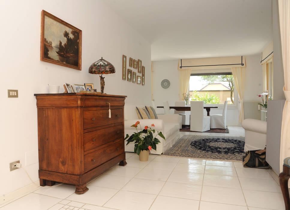 Vista dall 39 ingresso sul salotto soggiorno in stile di l for Immagini arredamento salotto