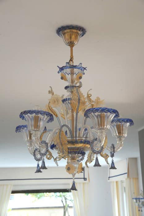 Lampadario: Ingresso & Corridoio in stile  di L'Antica s.a.s.