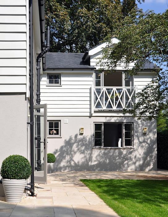 Rear Garden and Fascia of Country House: country Houses by Studio TO