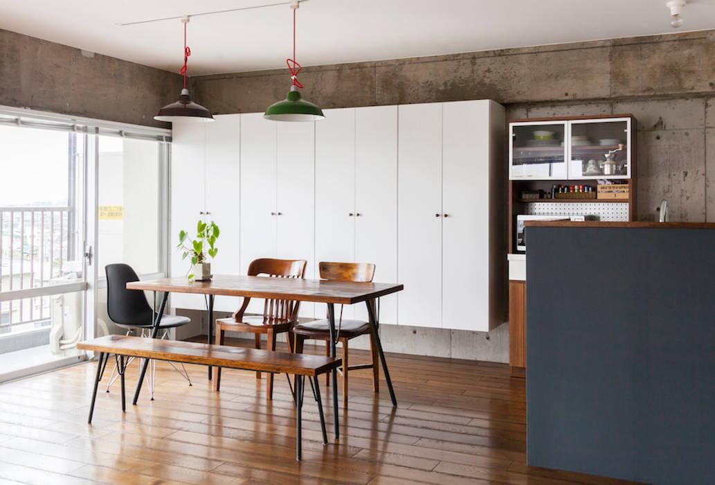 Phòng ăn phong cách hiện đại bởi 株式会社ブルースタジオ Hiện đại