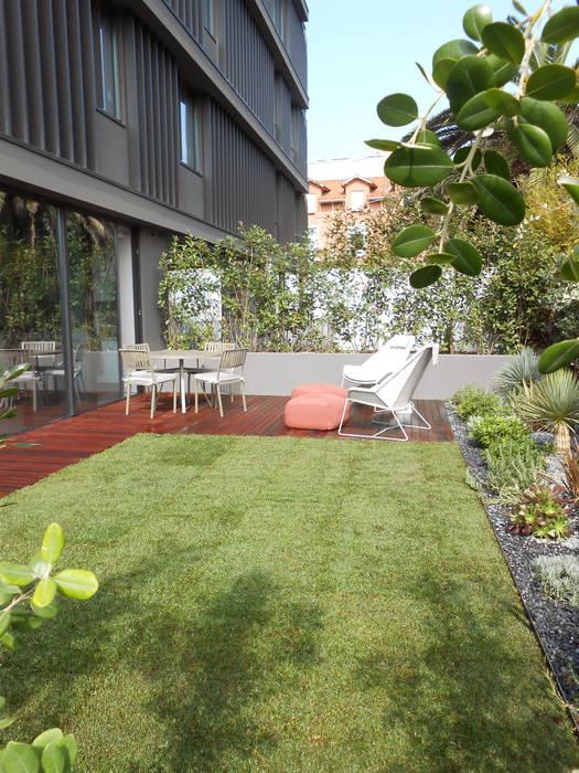 Jardim Tangerinas & Pêssegos - Foz do Douro: Jardins de fachada  por Tangerinas e Pêssegos - Design de Interiores & Decoração no Porto,