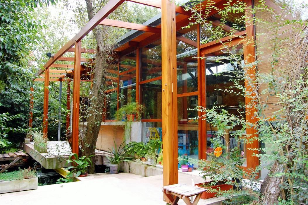 Дома в . Автор – Guadalupe Larrain arquitecta, Лофт Твердая древесина Многоцветный