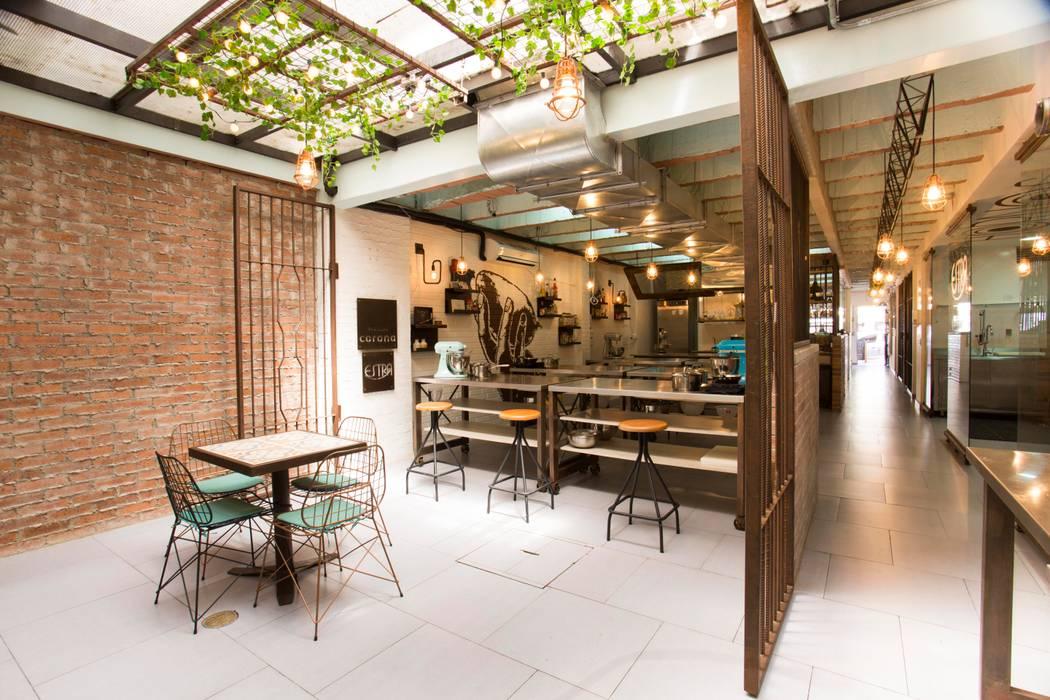 Q.U.I.A.I _ Escuela de Gastrónomía: Locales gastronómicos de estilo  por @tresarquitectos, Industrial